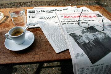 Espresso und Zeitungen