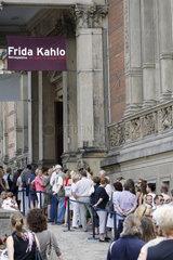 Menschenschlange vor dem Frida Kahlo Ausstellung