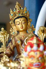 Tara auf ein Devotionalien Stand