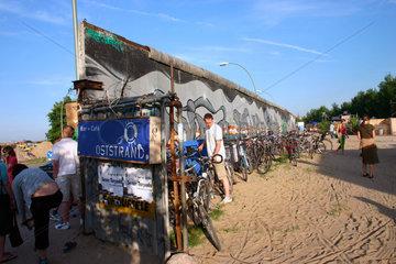 Bar Cafe am Oststrand  im Hintergrund die Mauergraffiti an die Eastside Gallery