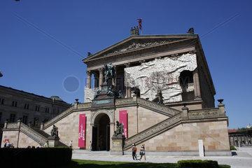 El Anatsui an die Alte Nationalgalerie