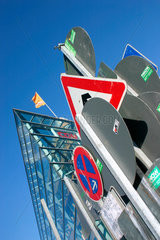 Verkehrsschilder vor dem CDU Parteizentrale.