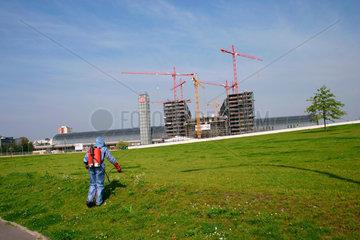 Unkrautvernichtung in Spreebogenpark  im Hintergrund die Baustelle am Lehrter Bahnhof