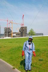 Berlin - Unkrautvernichtung in Spreebogen Park  im Hintergrund die Baustelle am Lehrter Bahnhof