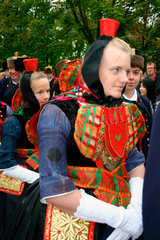 Maedchen mit Rotkaeppchen bei der Schwaelmer Brautzug