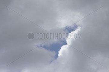Loch in Wolken