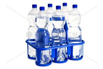 Steige mit Wasserflaschen