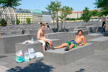 Berlin - Fussballfans zwischen die Stelen des Holocaust Mahnmal