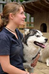 Jugendliche umarmt Husky