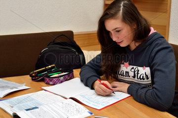 Teenager macht ihre Hausaufgaben
