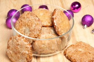Weihnachtliche Lebkuchen in Glasschale