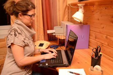 Steuerassistentin arbeitet am Computer