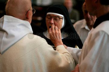 Eine Nonne bei der heiligen Kommunion in dem Zisterzienserkloster in Osek am Fusse der Erzbebirge