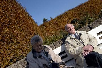 Ein aelteres Ehepaar im Lichtentalerallee Park im Zentrum von Baden-Baden.