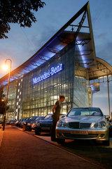 Kunden schauen sich den neuen Mercedes Sedan an