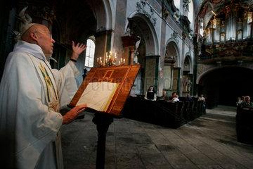 Bernhard Taebes  der Leiter des Zisterzienserklosters in Osek am Fusse der Erzbebirge  liest die Messe