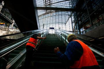 Letzte Arbeiten am fast fertigen neuen Hauptbahnhof