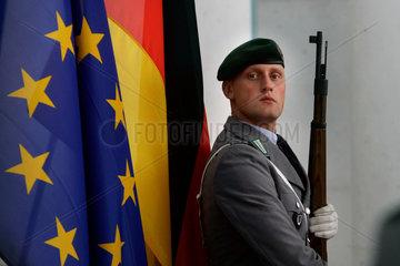 Solat vor der deutschen und europaeischen Flagge