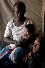 Vater mit seinen Kindern in einem Fluechtlingslager der Vereinten Nationen in Al Hol