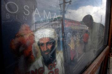 Ein Buch ueber Osama bin Laden in dem Schaufenster eines Buchladens.