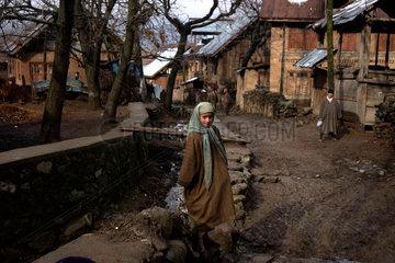 Ein afghanisches Maedchen in einem Dorf