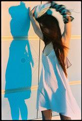 Junge Frau bei einem Modeshooting mit Kleidung von Cris Cris