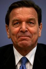 Schroeder wirbt fuer das Wahlkampfprogramm seiner Partei