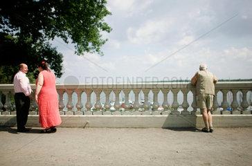 Rentner geniessen die Aussicht am Wannsee