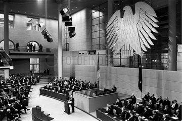 Der Nobelpreisgewinner Elli Wiesel spricht vor dem Deutschen Bundestag.