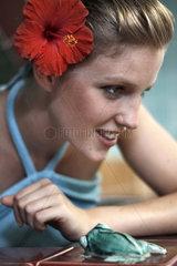 Frau mit Blume Hibiskus Bluete im Haar