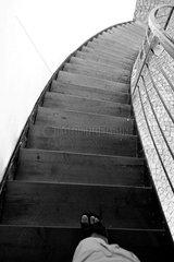 Fuss auf einer steilen Treppe  die nach unten fuehrt (Festung Kufstein )