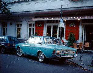 Oldtimer Ford vor einer Kneipe in Berlin