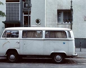 VW Bus in einer Strasse in Berlin