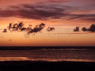 Dramatischer Abendhimmel am Strand