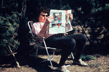 Frau mit Illustrierte