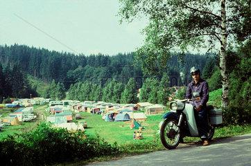 Mopedfahrer an einem Campingplatz