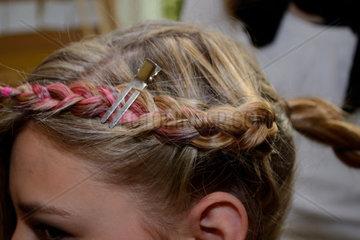 Teenager beim Friseur