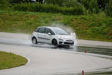 Auto-Fahrtechniktraining auf praepariertem Uebungsgelaende