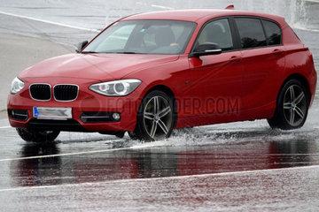 Auto bei Aquaplaning
