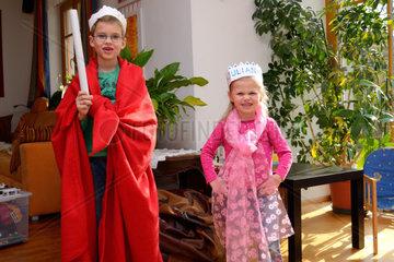zwei Kinder als Koenig und Prinzessin verkleidet