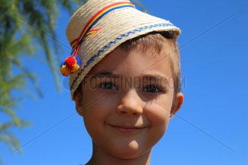 Junge mit Strohhut