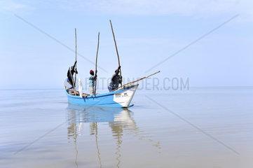 Fischer am Viktoriasee stossen sich im niedrigen Wasser vorwaerts