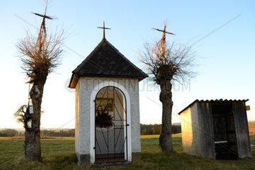 Kapelle und Bushaltestelle