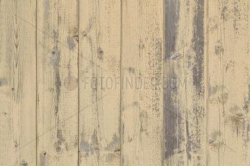 Holzwand mit gelben Holzlatten