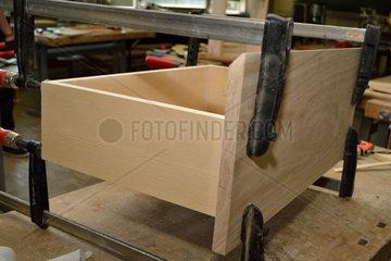 Holzlade mit Schraubzwingen in Tischlerwerkstatt