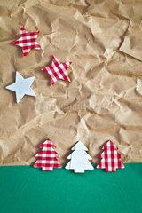 Kleine bunte Tannenbaeume und Sterne auf Paper