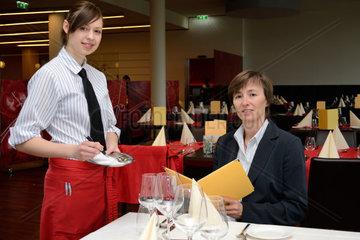 Kellnerin notiert Bestellung