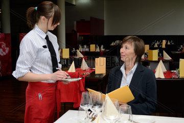 Kellnerin nimmt Bestellung auf