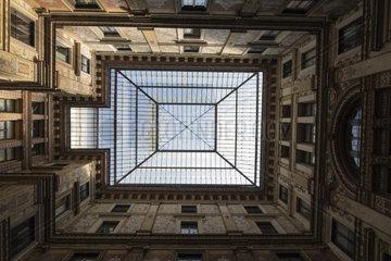 Galleria Sciarra  der maerchenhafte Hof der tugendreichen Frauen