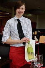 Kellnerin praesentiert gute Weinsorte
